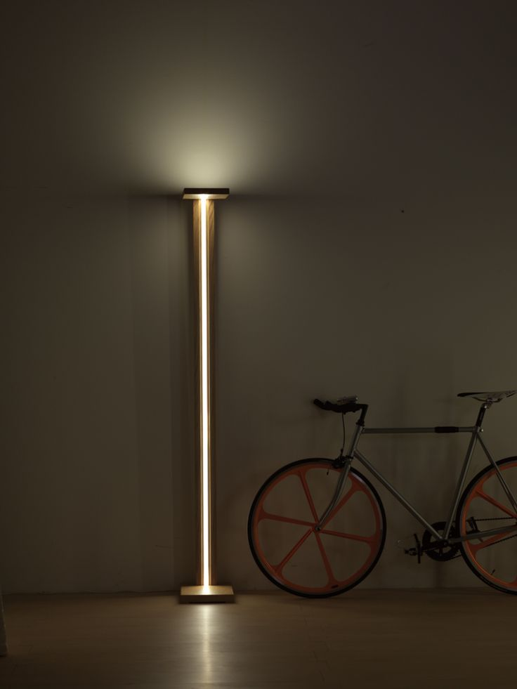 LAMPADA DA TERRA legno noce canaletto trattato ad olio. Frontalino inclinato di 90°con illuminazione led anche nella parte superiore della lampada, craendo una luce diffusa nella stanza.