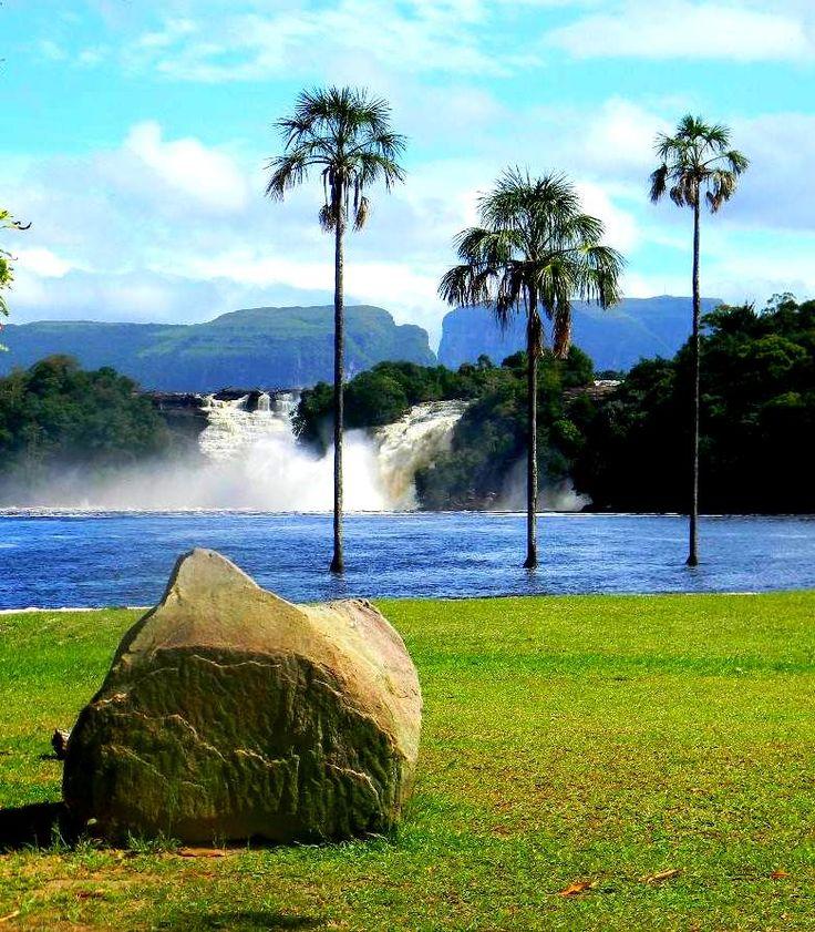 Laguna bella de Canaima, Ciudad Bolívar, donde desemboca el llamado de la selva. Venezuela