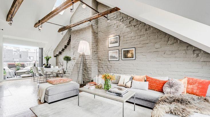 Mieszkanie na poddaszu ze ścianą z szarej cegły