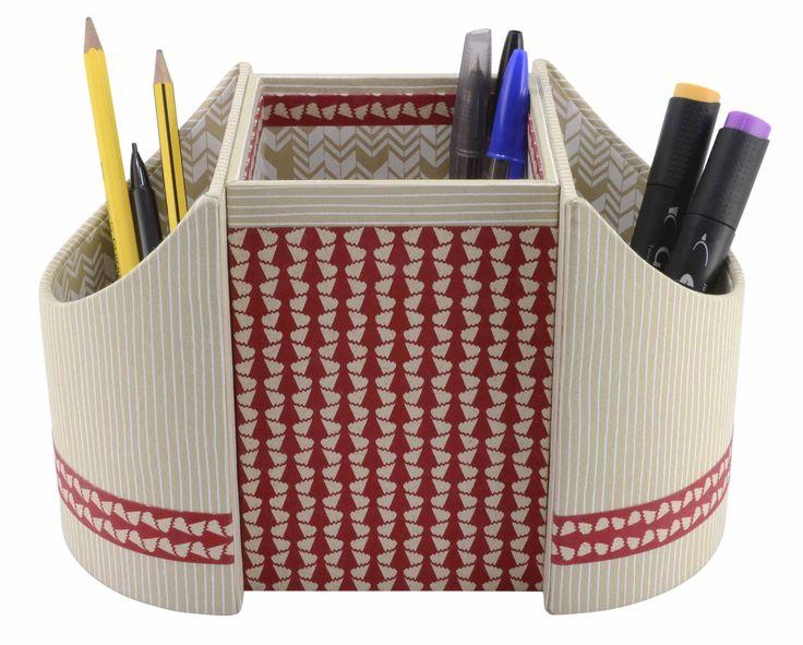 Pot à crayon rouge et beige réalisé en cartonnage avec les papiers PAPERTREE Flamenco, Inca et Lily (par Lidia Merret).