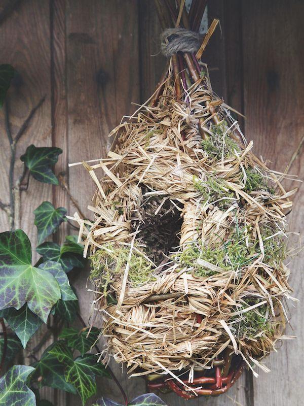 Réalisez vous-même ce nichoir à oiseaux. Avec quelques brins d'osier et de paille, rien de plus solide ! Esprit D'Ici, Jardin D'Ici Blog. nichoir à oiseaux
