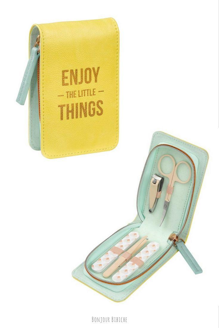 L'idée cadeau du jour pour une femme coquette : un joli set de manucure 💅 qui comprend une paire de ciseaux à ongles, un petit coupe-ongle, une pince à épiler et deux limes à ongles. Un kit de secours à laisser au bureau ou à emporter en voyage ! #cadeau #femme #beauté