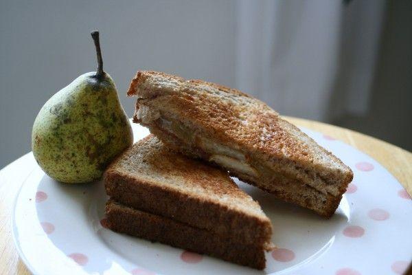 Хочу поделиться замечательным и очень простым рецептом! Мы тут прямо оторваться не можем! И делать очень просто: белый хлеб обжарить на оливковом масле с одной стороны. Выложить на поджаренную сторону багета нарезанную кружочками грушу, сверху сыр с плесенью (камамрбер или дор блю) и поставить в духовку на 5-7 мин, пока сыр не начнет слегка плавиться!