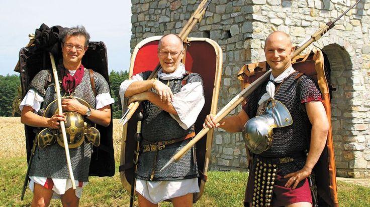 Manuel Andrack (links) und seine Mit-Römer Jörg und Christoph vor dem nachgebauten Römerturm in der Nähe von Dill. 11 Kilogramm wiegt übrigens allein das Kettenhemd