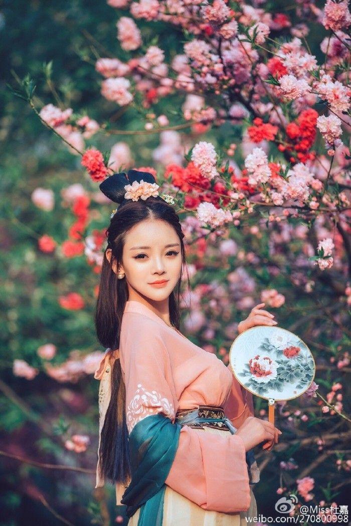 #汉服# 出镜:Miss杜嘉摄影师:疯子Charles ,拍摄地:北京#陶然亭#
