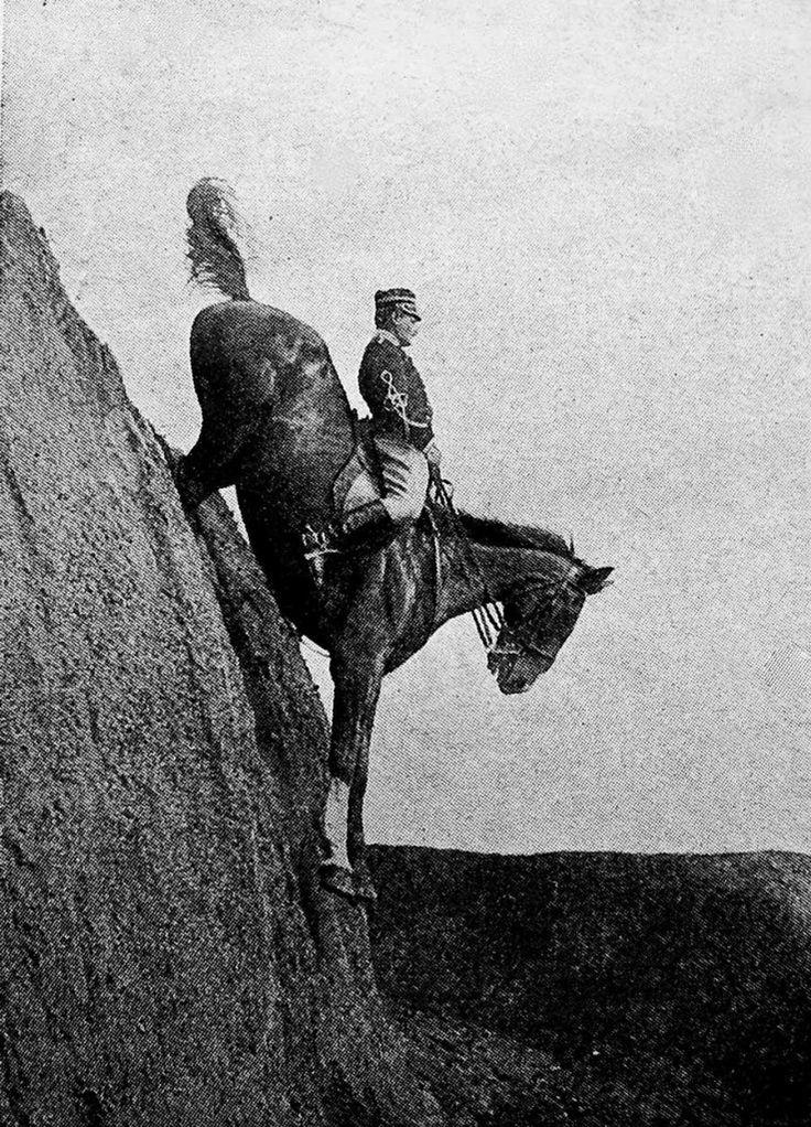 Caballería italiana. En 1906, bajar de terraplén a caballo suponía uno de muchos ejercicios que el jinete tenía que dominar antes de terminar el adiestramiento
