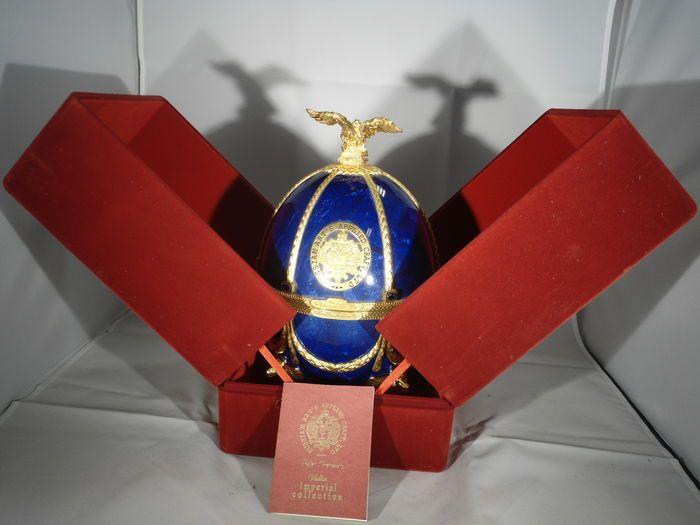 Imperial Collection Vodka Faberge ei Sapphire Blue - 70cl  De productie van Carl Faberge eieren evenals bezinktanks en glazen Venetië glas met exquise gilt vereist speciale vaardigheden en ervaring. Het oppervlak van het ei is bedekt met gekleurde glazuur nabootsen van het natuurlijke proces mineralen. Reliëf metalen inlay geplaatst op het oppervlak van het ei is bedekt met natuurlijke goud; zijn ook met goud bedekt benen in de vorm van de Gevleugelde leeuwen en een adelaar handigheid van…