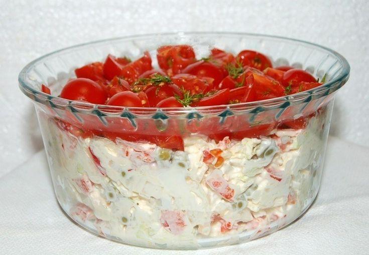 Салат «Красная шапочка». Салат «Красная шапочка» очень популярен на просторах Интернета. Все рецепты этого салата отличаются по своему составу. Единственное, что их объединяет — это верхний слой салата из продуктов красного цвета. Я предлагаю свой вариант салата «Красная шапочка», который получился очень вкусным. Так что советую непременно попробовать его сделать, он не оставит вас равнодушным …