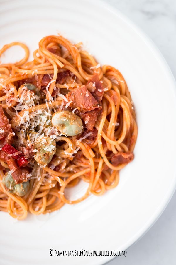 Spaghetti with tomatoes, ham and broad beans