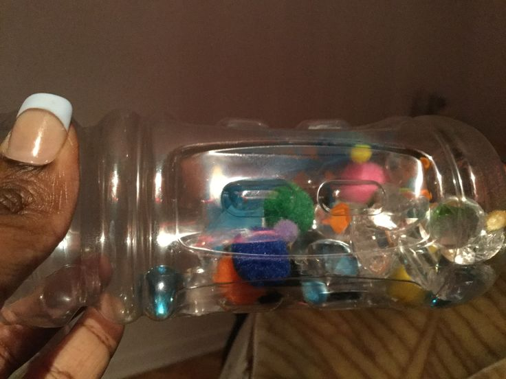 Des bouteilles d'eau vides en plastique remplies de petits cristaux, des petites boules d'ouate et quelques macaronis de couleurs et bien sceller les bouteilles avec de la colle chaude pour éviter tout accident. Judith