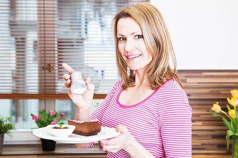 Čokoládový koláč plný tvarohu a k tomu malinová omáčka. Neodolatelná kombinace!