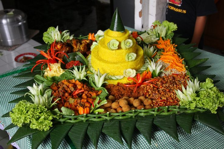 Nasi Tumpeng khas tradisi indonesia