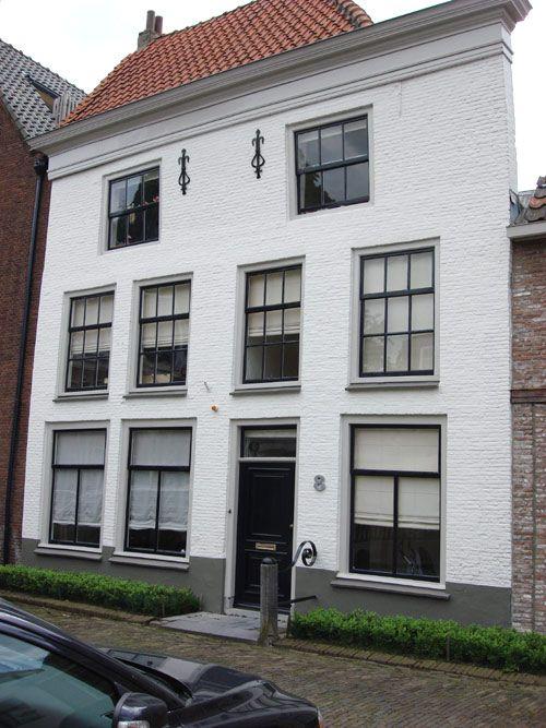 Bij deze witte gevel ral 9016 komen de donkere kozijnen en voordeur goed tot zijn recht www - Oude huis gevel ...