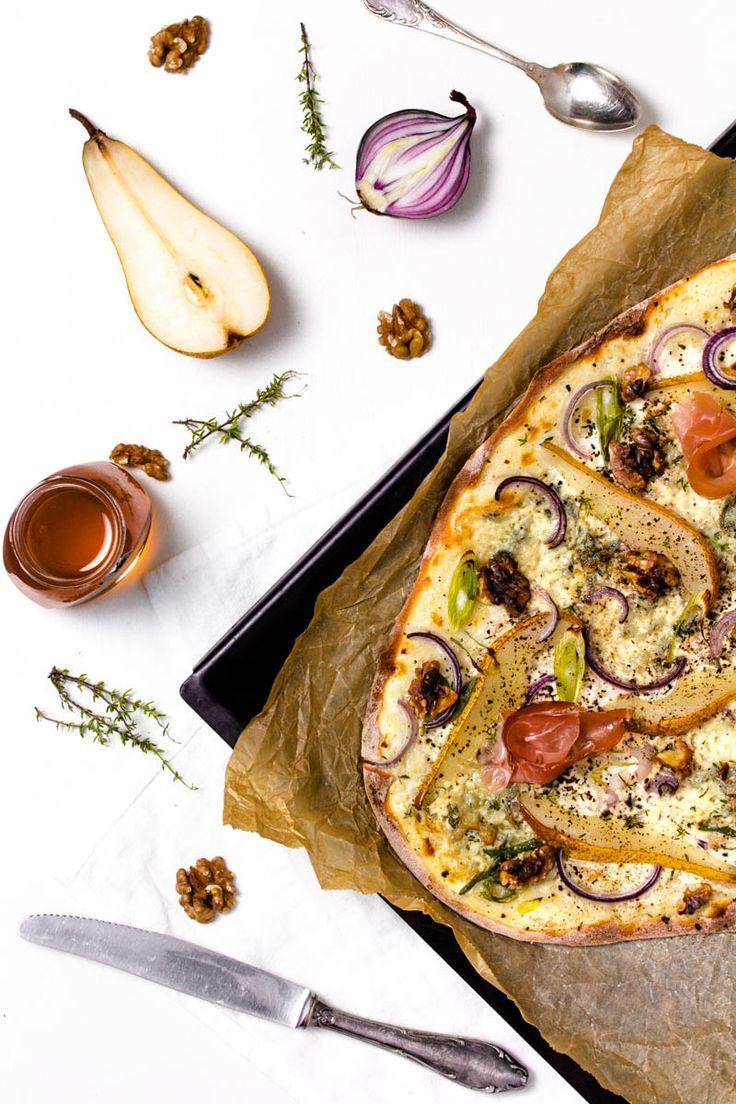 Birnen-Gorgonzola-Flammkuchen auf dem Blech