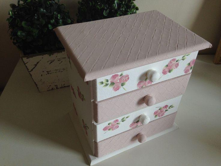 Mini cômoda pintada a mão, trabalhada com couro e rosinhas,composta de 04 gavetas auxiliares. <br>Dimensões do produto: 20x10x20LxCxA)