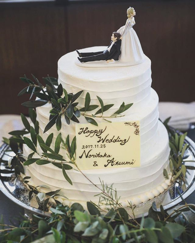 あえてシンプルに  グリーンと#ケーキトッパー をあしらったシンプルスタイルが素敵です 色々なアイテムにこだわりたいからこそ あえてシンプルを選ぶ というのも大切な選択肢のひとつです . . #tiarawedding1995 #wedding#ウェディングケーキ#ウェディングプランナー#ウェディングレポ#リアルウェディング#結婚式#結婚式準備#結婚式アイデア#ウェディングアイデア#ウェディングアイテム#岡山結婚式#岡山#ナチュラルウェディング#ケーキ入刀# ファーストバイト#サンクスバイト#お手本バイト#新郎新婦#ちーむ2018#日本中のプレ花嫁さんと繋がりたい #全国のプレ花嫁さんと繋がりたい #プレ花嫁#プレ花嫁準備 #プレ花