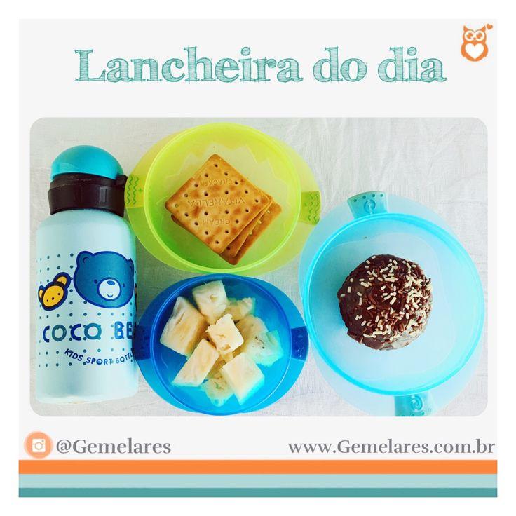 Lanche para escola: bolachas de sal, abacaxi, cupcake de cenoura e água geladinha.