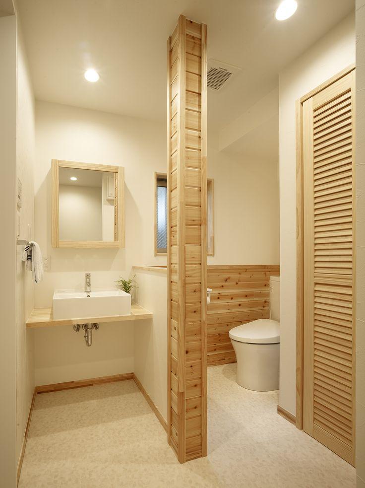 長年憧れていたログハウス風の住まいをリノベーションで実現。トイレと洗面脱衣室を一体化することでコンパクトながら開放感を備えたサニタリーになりました。 トイレと洗面は腰壁で仕切ることで落ち着きある空間となっている。腰壁を杉板張りとし構造上抜けなかった柱は杉板で巻いて仕上げています。