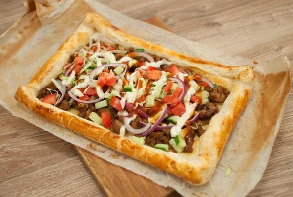 Makkelijke shoarmapizza; een makkelijk en vooral lekker gerecht. Ideaal voor op doordeweekse dagen. Ook lekker als (late avond) snack.