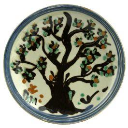 Avand culorile specifice ceramicii smaltuite de Horezu, fond alb fildes si model antropomorf - copac, dar si geometric in nuante de albastru, verde, maro si portocaliu, aceasta farfurie se poate intrebuinta atat ca un obiect decorativ, dar poate fi folosita si in gospodarie.Farfuria este semnata de mesterul olar si are un orificiu ce faciliteaza agatarea, ambele pe partea din spate. (Ceramic plate of Horezu)
