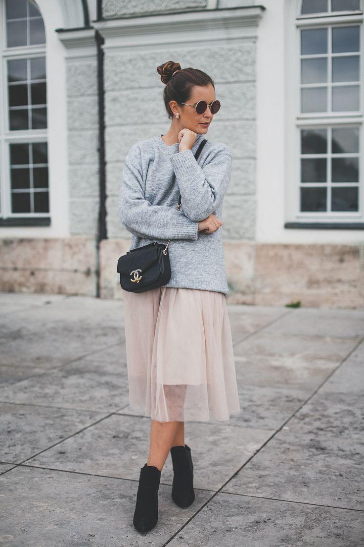 Herbst Outfit Mit Grauem Pullover Rosa Tullrock Schwarzen Boots Und Chanel Ba Https Streetstyleedgy52 Ga Outfit Herbst Pullover Tullrock Outfits