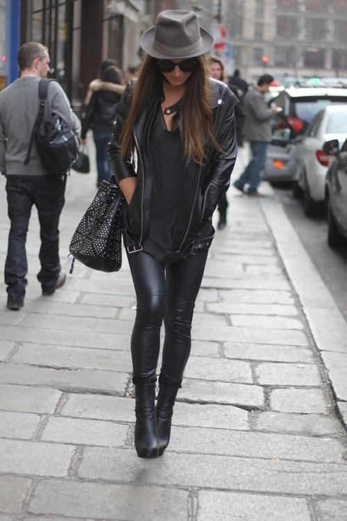Simply black (NY street fashion)