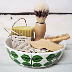 Organic, handmade soap from Västerbotten. Hair brush with handle in beechwood, sturdy bristles made of natural materials. Beard and mustache brush in beechwood with hard bristles to bring order to the mustache and beard. Kam in olive wood with spikes of beech, suitable for both adults and children.