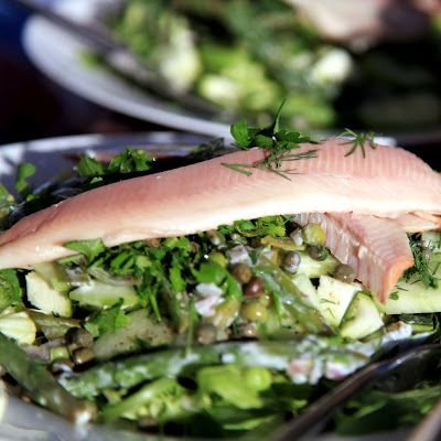 Groene salade met boontjes en gerookte forel * Green salad with beans and smoked rainbow fish - Kijk voor het recept op Liefdevoorlekkers.
