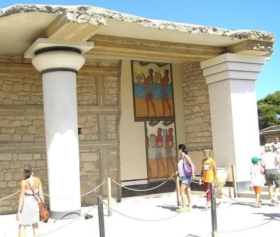 El palacio de MINOS en KNOSOS fue el centro de la civilización cretense o minoica que floreció a lo largo del tercero y segundo milenio antes de nuestra era.  Al parecer, se trataba de una cultura muy avanzada, dedicada sibre todo al comercio marítimo, que conoció la escritura lineal y desarrolló un arte original y lleno de vida, lo cual da prueba del carácter alegre de sus gentes.