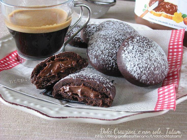 Biscotti al cacao ripieni di nutella: due dischi di golosa pasta frolla al cacao racchiudono un cuore cremoso e davvero irresistibile. Ideali con il caffè