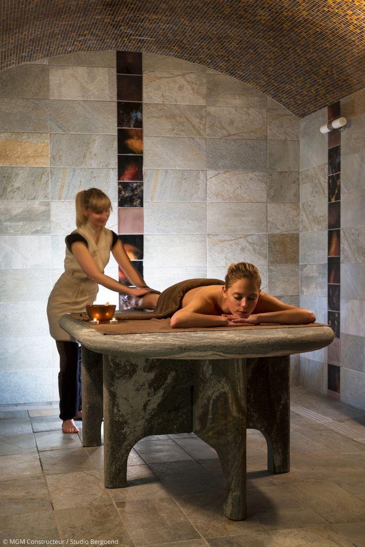 Salle de massage design ambiance pierre à Châtel. Massage esthéticienne. Décoration moderne avec mosaïque au plafond.