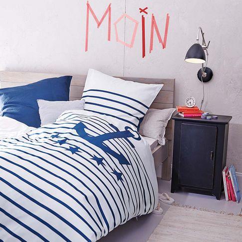 in schlichtem schn rkellosem design schwarz lackierter. Black Bedroom Furniture Sets. Home Design Ideas