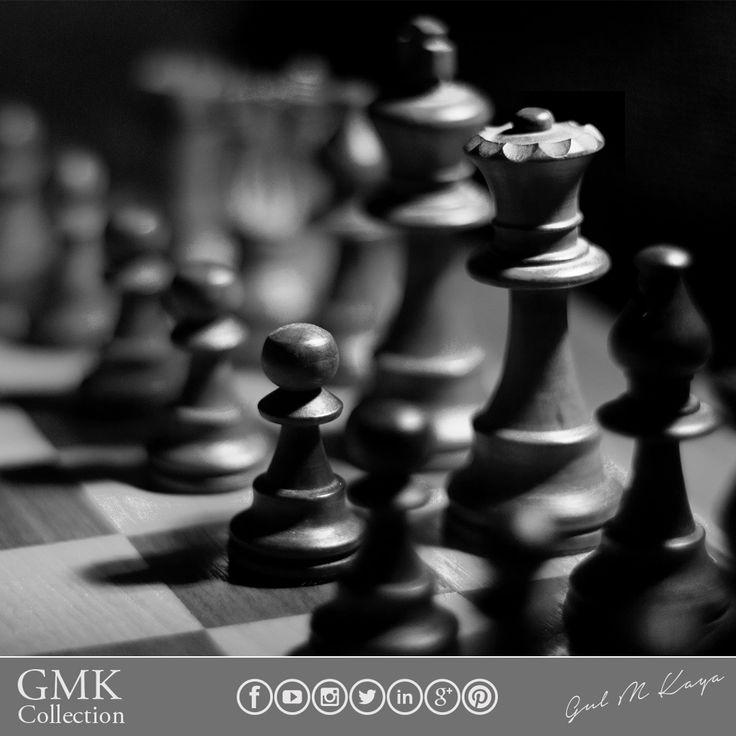 """Sadece oyunun temel kuralları öğretilen yapay zeka, 1500 yıllık satranç tarihinde hiçbir insanın aklına gelmeyen hamleler gerçekleştirerek 1.lik tahtına oturdu. İngiliz satranç şampiyonu Simon Williams, yapay zeka programının zaferiyle ilgili yaptığı açıklamada, """"yapay zeka satranç dünyasını fethetti, bir anda oyunu çözerek insan ırkını evcil hayvanı haline getirdi"""" dedi. Bu size hangisini daha fazla hissettiriyor, ümit mi korku mu? 🏆🖥"""