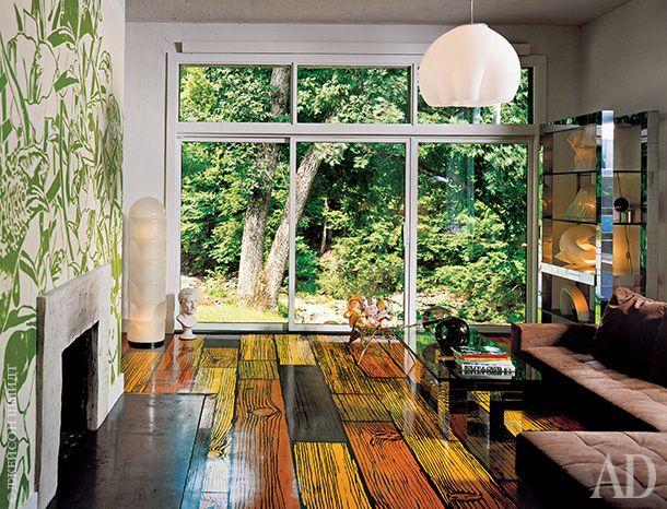 """Гостиная. Расписные фанерные полы, придуманные Ричардом Вудсом, кажутся продолжением сада, в который выходит огромное окно. Всю мебель для дома Адам Линдеманн выбирал сам. Этажерка работы Пола Эванса и поддельный бюст Цезаря на полу — из числа его любимых вещей. """"Коллекционер тоже в чем-то художник: он подбирает предметы, как цвета на холсте"""", — говорит Линдеманн."""