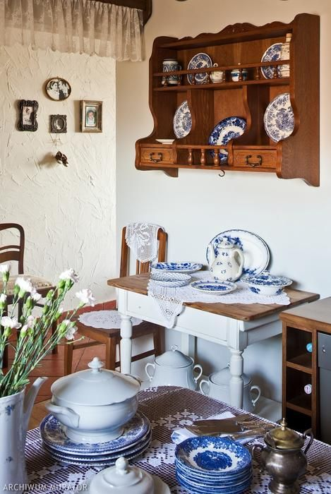 Otwarte półki kuchenne - zobacz, jak wybrać zabudowę kuchenną sprzyjającą ekspozycji kuchennych skarbów