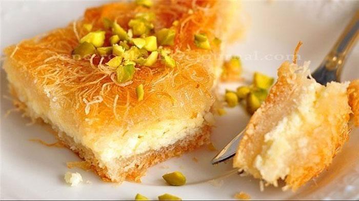Кюнефе (в Википедии называется кнафе, а вообще вариантов произношения множество) - это арабский десерт. Наверно, и вариаций его приготовления также множество. Мы представим Вам рецепт кюнефе по-турецки.