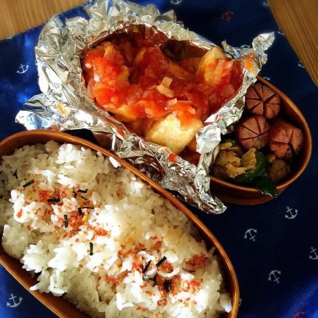 木綿豆腐は片栗粉をまぶして、両面焼きあげしてエビチリのソースを絡めました。二人分のお弁当で豆腐1丁使ったからボリューミー - 13件のもぐもぐ - 木綿豆腐のエビチリ味付け。卵と胡瓜の中華炒め。ソーセージ。里芋とワカメの味噌汁。 by Reina Reina