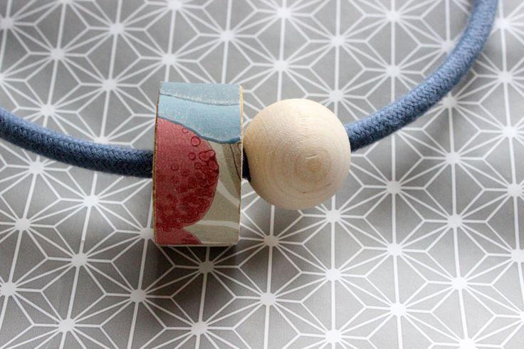 Necklace 1001 denim, cavo elettrico rivestito in cotone e dettaglio in legno ricoperto da carta da parati in tinta e contrasto. Calamita! di IlluminoHomeIdeas su Etsy