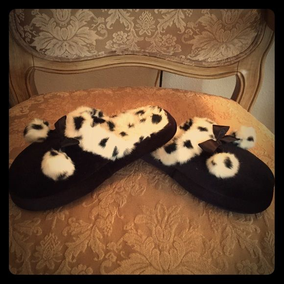 ⚫️Black & White Animal Print Slip-On Slipper These are very lightly worn black & white animal print slippers with Pom-Poms on the front. Comfy & easy slip ons, bottoms are totally new, & they fit in between an 8-9! Snag now, or make an offer!  Shoes