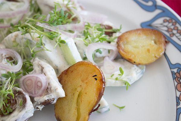 Kartoffelsalat mit Gurken und Schmand: Unsere ideale Beilage zum Grillen!