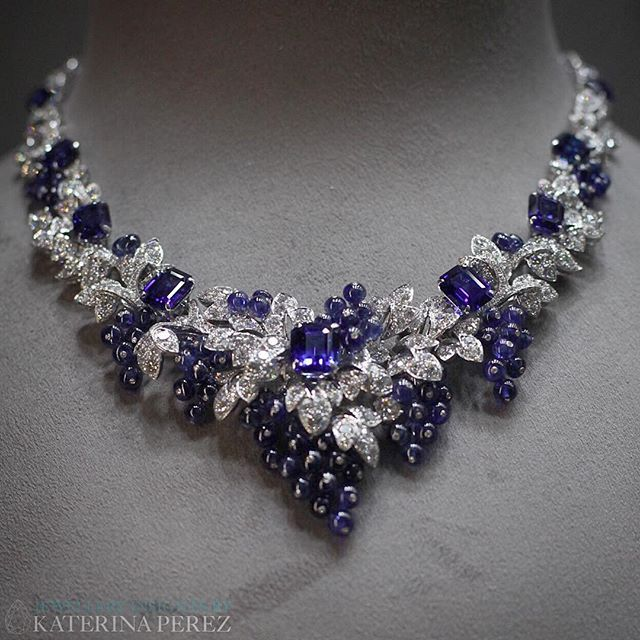 Gorgeous #Graffdiamonds grapes as seen a few years ago at the Biennale des Antiquaires in Paris. It is crazy how time flies, seems like I only saw this gorgeous piece yesterday! #graffonkaterinaperezcom
