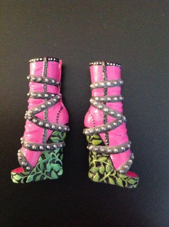 Custom haute monstre repeint Venus chaussures de poupée. Main peinte avec des peintures acryliques professionnels, détaillées dans Pearl Ex et
