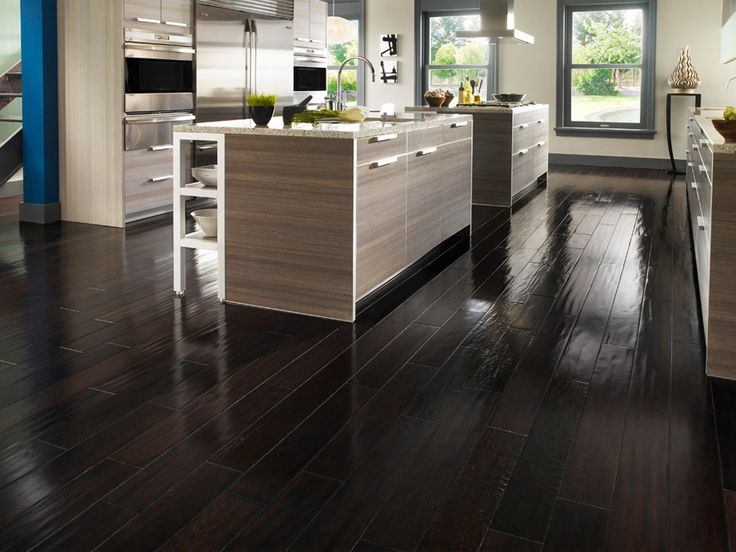 Sonar Con Un Baño Oscuro:Kitchens with Dark Brown Wood Floors