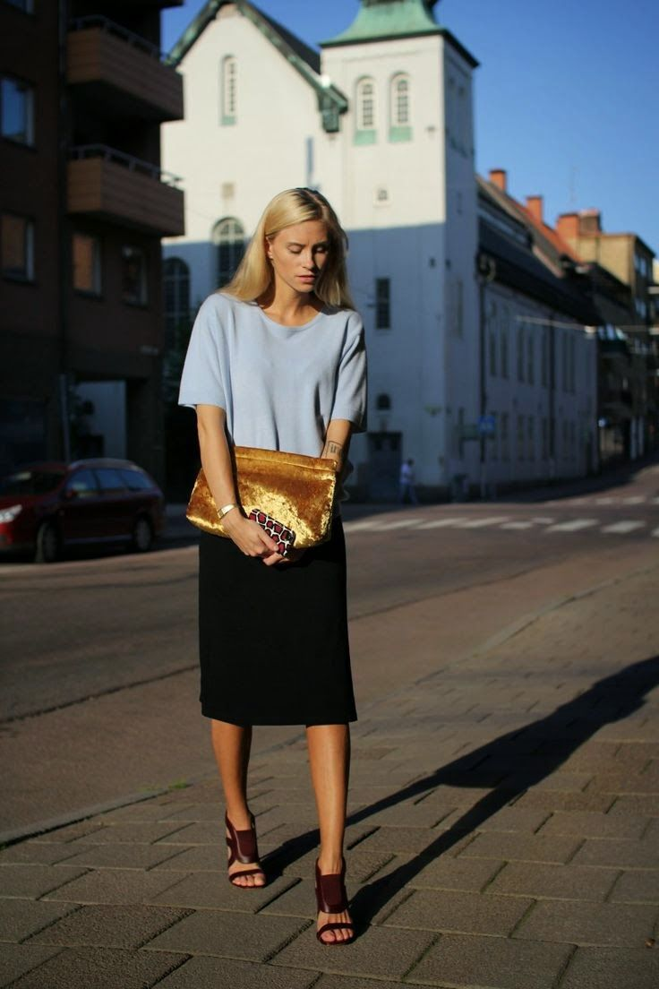 These dark brown heels & this gold clutch- absolutely exquisite! Paired with a simple black skirt & light blue tee, this outfit is Lady Prim loveliness.