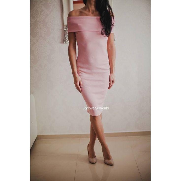 Piękna, efektowna sukienka w pastelowym, różowym kolorze. Odsłonięte ramiona przyciągają uwagę. Zobacz inne nasz sukienki i zapoznaj się z ofertą w sklepie