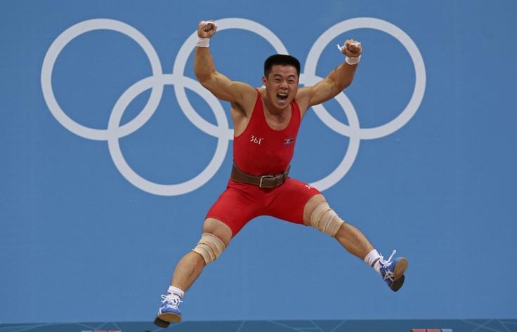 Un Kim Guk de Corea del Norte   celebra su nuevo récord mundial en el  levantamiento de pesas, categoría de los 62kg en los Juegos Olímpicos Londres 2012  el 30 de julio de  2012.