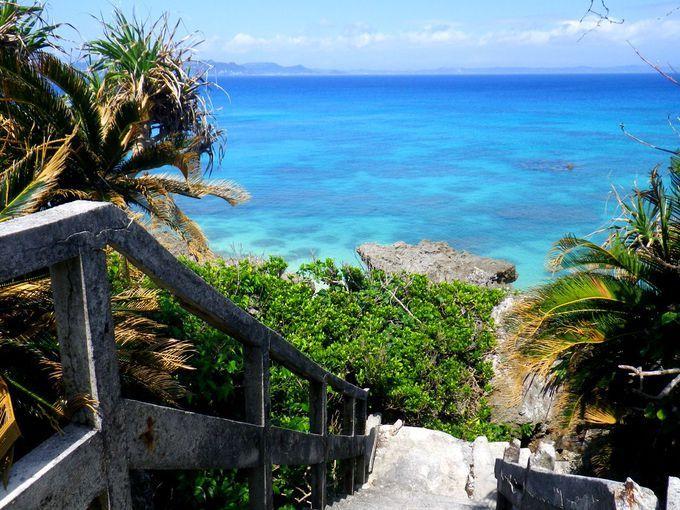 「天国への階段」発見!神の島「沖縄・久高島」は青い楽園への入口 沖縄での「天国」は青い海の彼方にあるもの。特に久高島がある沖縄の東の海は「ニライカナイ」とも呼ばれ、海の彼方には理想郷があるとも言われています。その理想郷があるであろう海の彼方へ向かって下りる階段。「天国への階段」を探しに久高島へ行きましょう!