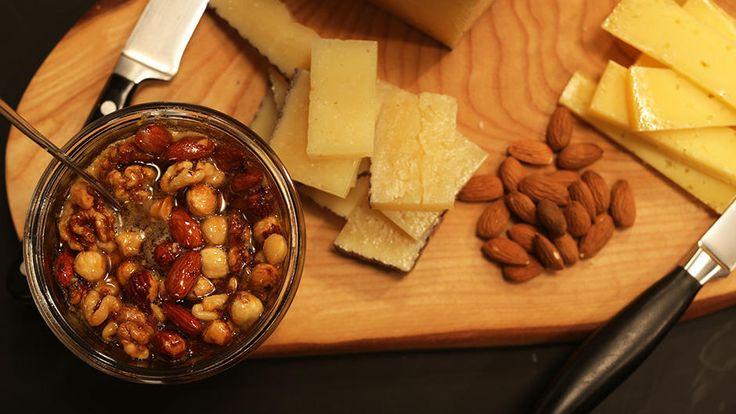 Server en osteanretning i weekenden. Få Adam Aamanns tips til det perfekte ostebord her.