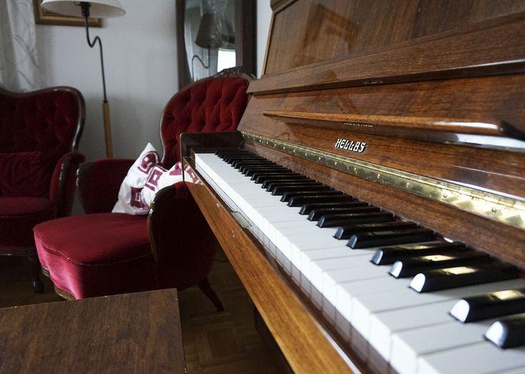 Takkahuoneesta löytyy piano, joka on kaikkien vierailijoiden vapaassa käytössä.