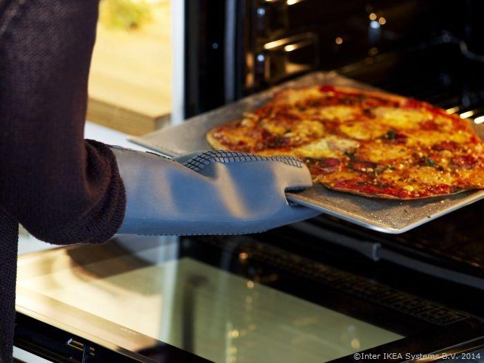 Doar bunătățile trebuie să fie fierbinți. Protejează-ți mâinile de arsurile cuptorului cu mânușa IKEA 365+ GUNSTIG